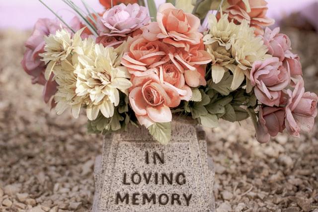 Les raisons d'opter pour une plaque funéraire pour rendre hommage à une personne décédée